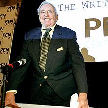 O escritor Gore Vidal, 83, sofreu uma queda em Los Angeles e fraturou a coluna