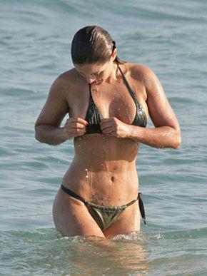 Nana Gouvêa passa o domingo de sol na praia da Barra, no Rio