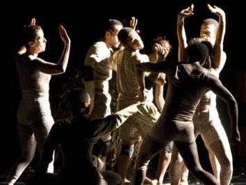 O espetáculo Q'EU ISSE, com direção e coreografia de Rui Moreira, música de Milton Nascimento e cenografia de Bia Lessa, fica em cartaz de 16 de outubro a 02 de novembro