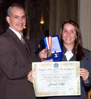 A vereadora Patrícia Amorim, autora da iniciativa, entregando o diploma