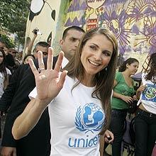 Rainha da Jordânia visita beco que inspirou peça de teatro em São Paulo